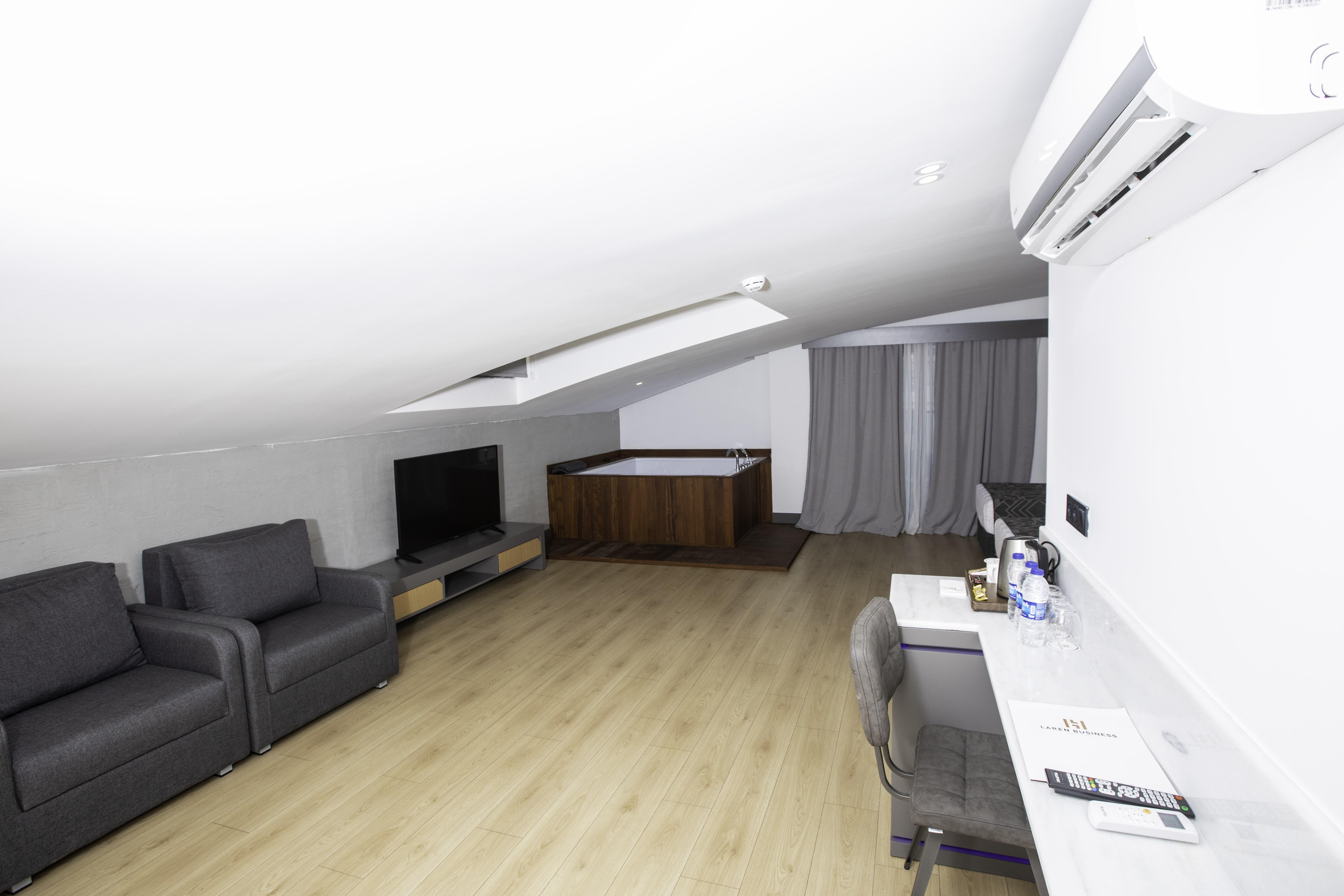 Jakuzili Suit Room